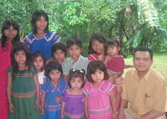 El reverendo Julio Valdés (a la derecha) junto a un grupo de jóvenes ngäbes durante un viaje misionero a la comarca Ngäbe-Buglé. Foto/Cortesía